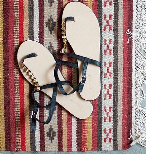 Aprende a decorar zapatos con telas pedrer a tachuelas y m s - Ideas para decorar zapatos de nina ...