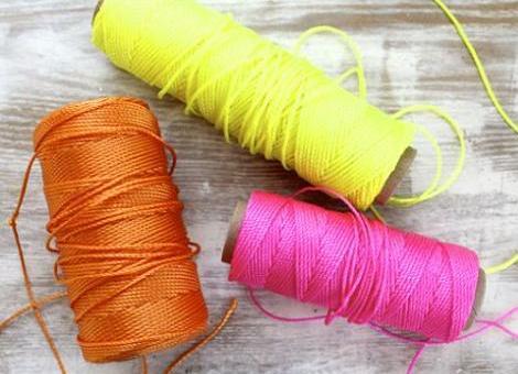 hacer-collar-fluor-con-pompones-1