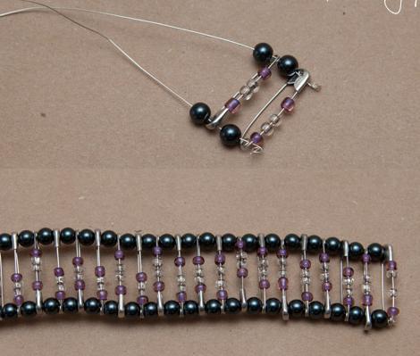 hacer-pulseras-de-imperdibles-decoradas-2