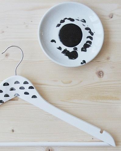 decorar perchas madera pintura sello