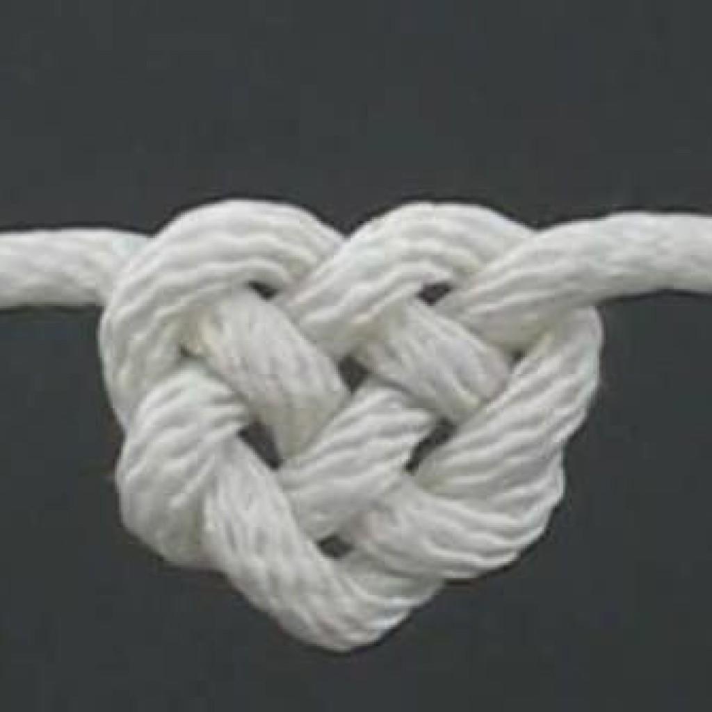 como-hacer-pulsera-nudos-corazon
