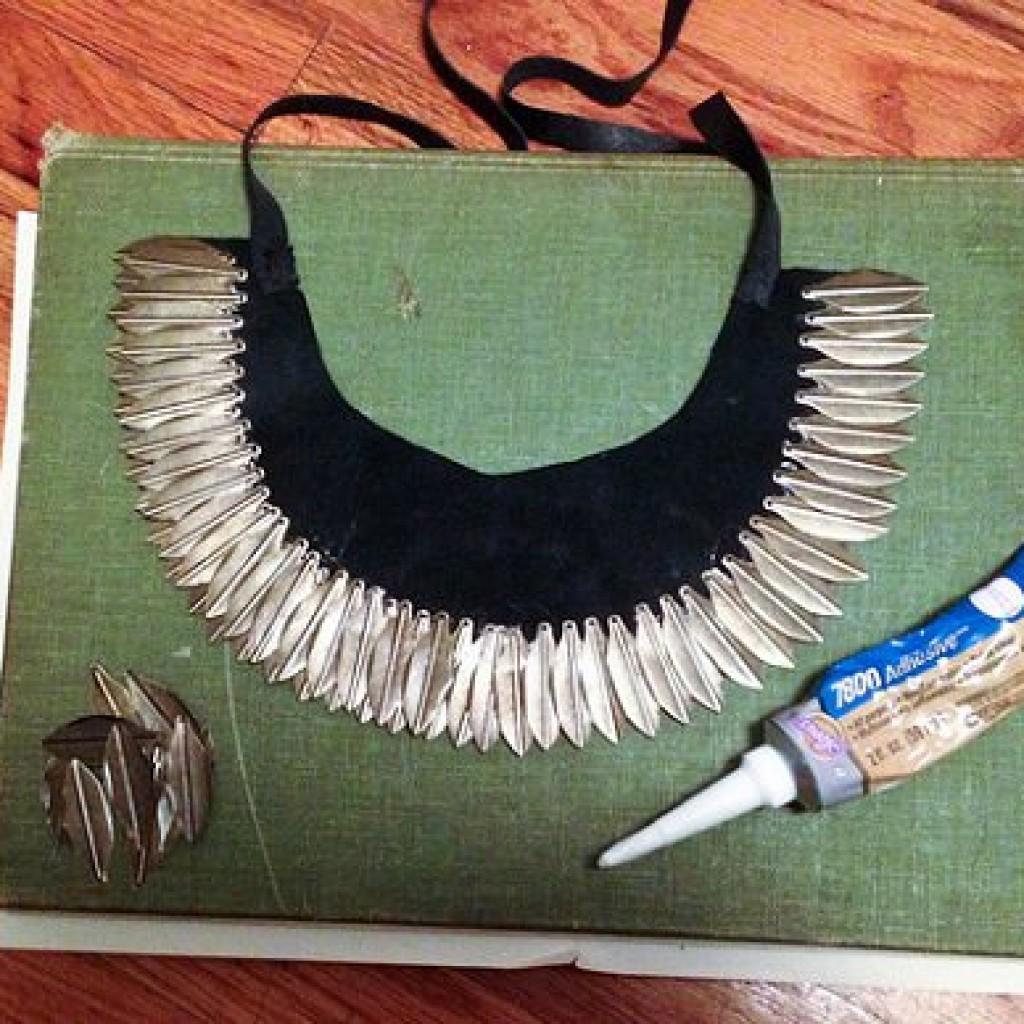 collar-etnico-casero-plumas-pegar