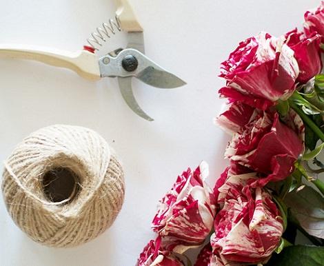 lo primero que tienes que tener a mano es un ramo de rosas o de las flores que t prefieras unas tijeras para flores y un trozo de cuerda fina - Como Hacer Una Guirnalda