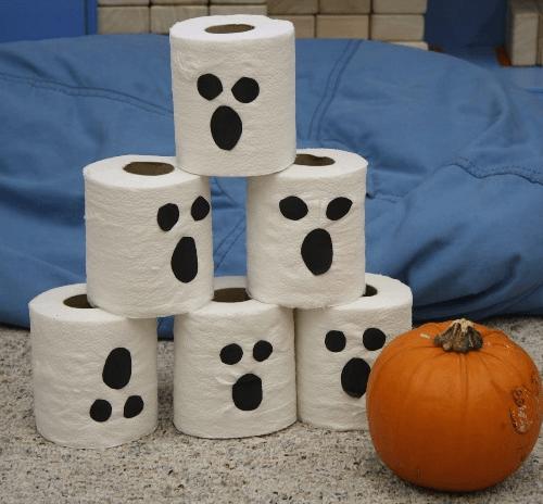 los nios jugarn a rodar la calabaza para intentar tirar los rollos de papel que colocars previamente en forma de torre divertido y fcil no