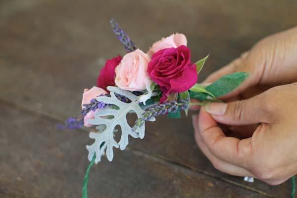 elaboracion-de-tocado-floral-para-la-cabeza